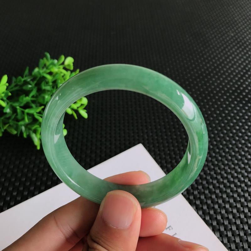 圈口:56.2mm天然翡翠A货糯种满绿正装手镯,尺寸56.2*13.9*7.4mm 玉质细腻,种水好