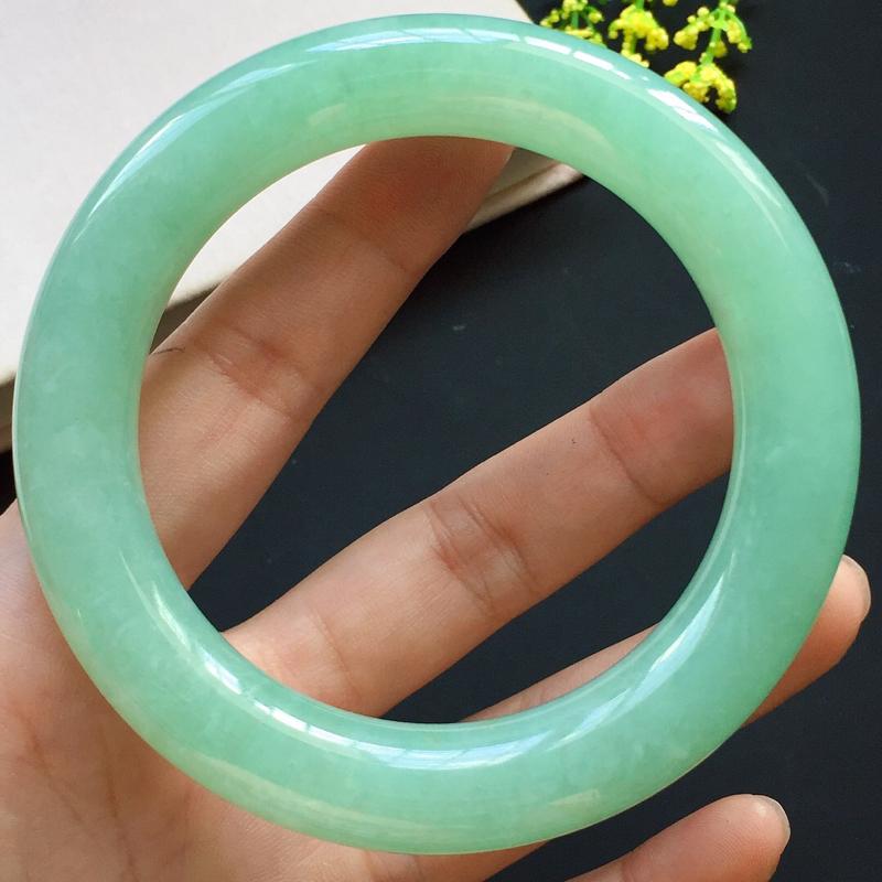 圆条59mm,糯种淡绿圆条手镯,玉质水润光泽,饱满大气,颜色淡雅,时尚复古!