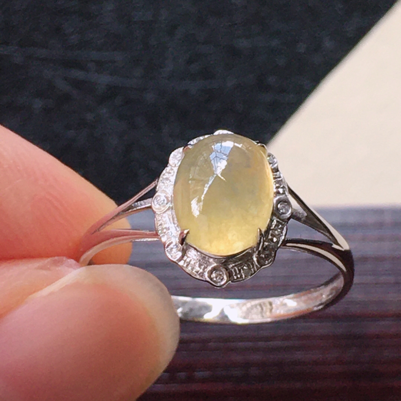 翡翠冰糯种黄翡蛋面戒指,种水好玉质细腻温润。