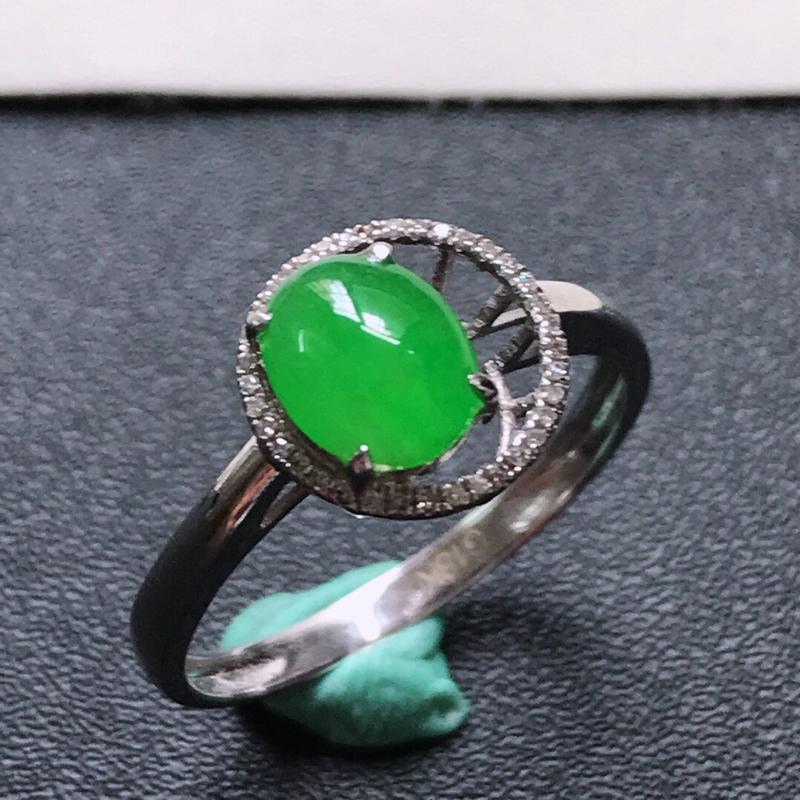 天然翡翠A货。冰糯种满绿蛋面戒指,戒圈:17.6。18K金镶嵌伴钻。水润通透,色泽鲜艳。镶金尺寸:9