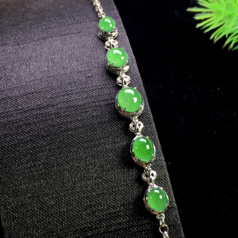 阳绿蛋面手链,精致时尚,简单大方,细腻冰透,翠色甜美,裸石:7*6*3,6*4*3,整体:60*8*