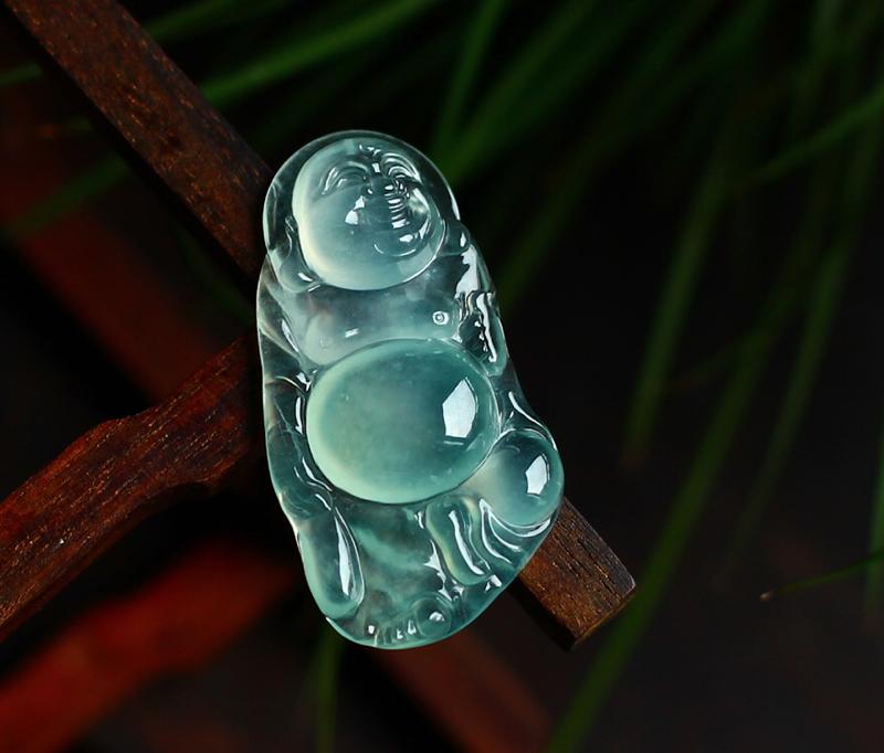 老坑冰种晴底荧光布袋佛, 揭阳精工,工艺精细, 形态饱满,底色甜美。 尺寸:33.2*17.5*5.