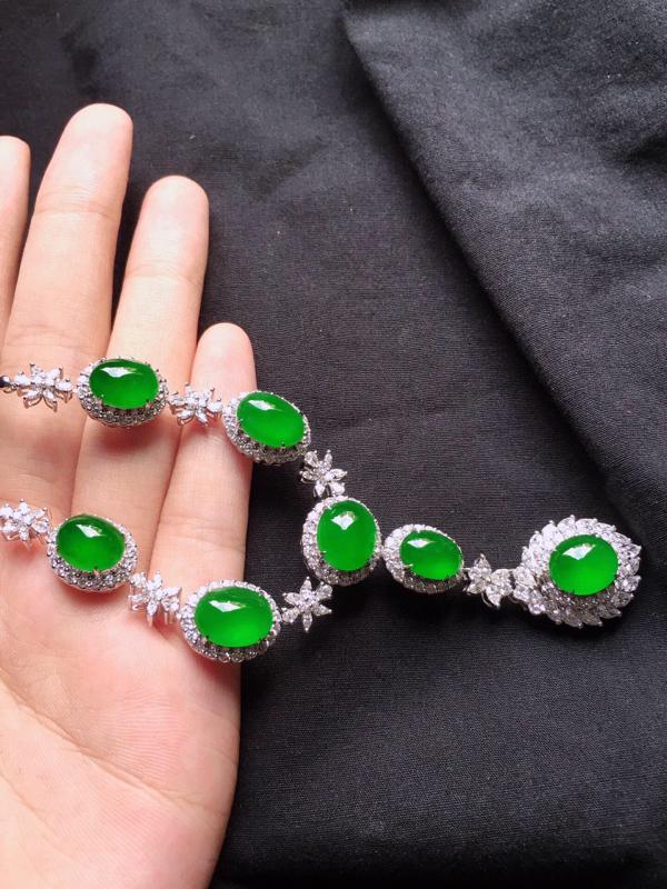 缅甸翡翠收藏级18K金伴钻镶嵌满绿蛋面项链,玉质细腻,雕工精美,佩戴送礼佳品,包金尺寸: 21.4*
