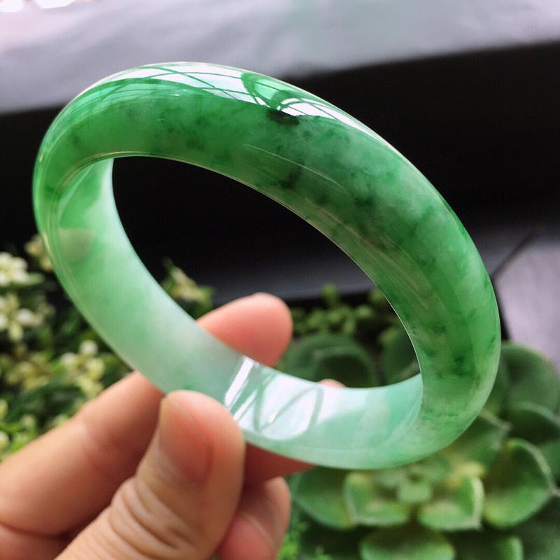 糯化种绿色正圈手镯天然翡翠A货玉质细腻.  颜色好.  佩戴上手大方漂亮,圈口:56.8mm   尺