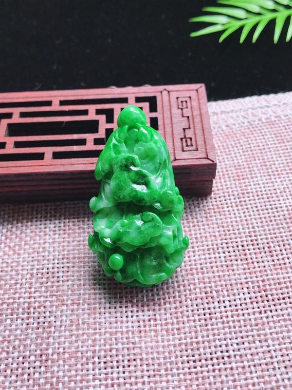 天然A货翡翠 绿色白菜 财源滚滚 玉质细腻 色泽鲜艳 工艺精湛 线条流畅线优美尺寸:47.24.10