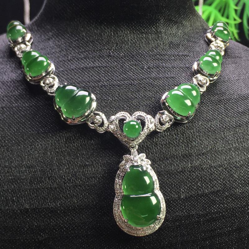 满绿葫芦项链,翠绿欲滴,种好通透,冰润剔透,细腻十足,裸石:13*8*3,8*6*3,整体:68*2