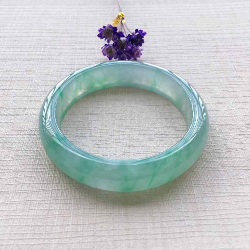 金丝绿正圈 尺寸:53.2*12.5*7.5 玉质细腻水润 绿色鲜艳靓丽 佩戴典雅高贵 打灯有纹 不