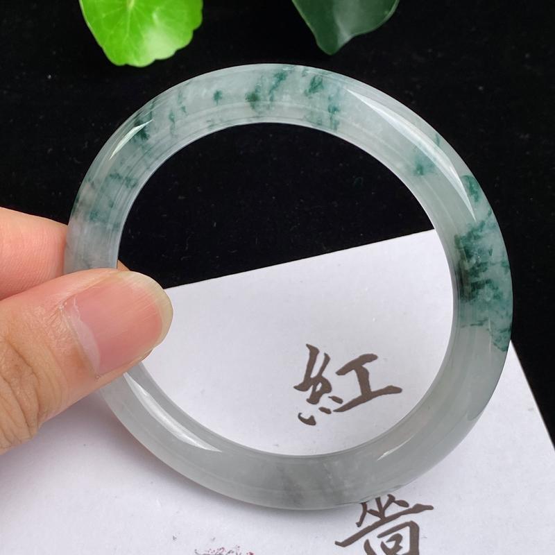 缅甸a货翡翠,水润飘花圆条手镯56.3mm,玉质细腻,花色怡人,圆润流畅,条形大方得体,佩戴效果好