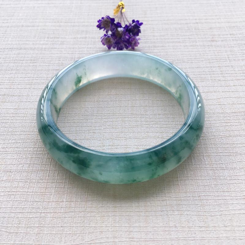 冰飘蓝绿花正圈 尺寸:56.5*14.5*6.9 玉质细腻冰润 花色鲜艳靓丽 佩戴典雅大方