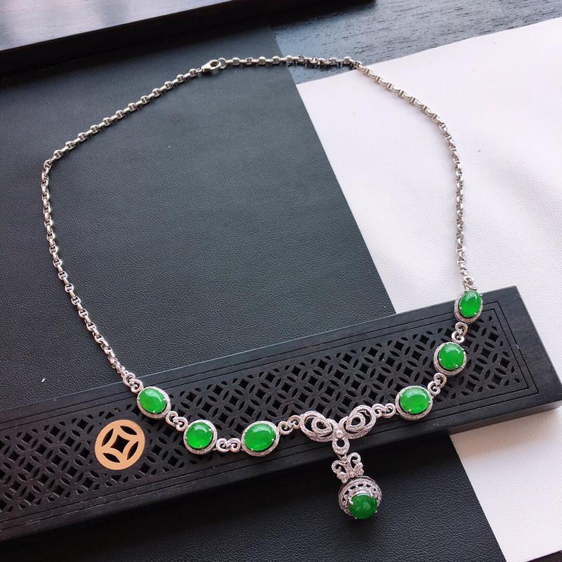 精品翡翠18k镶嵌伴钻项链,玉质莹润,佩戴效果更美,尺寸:链长:420MM,裸石尺寸:7.9*7.1
