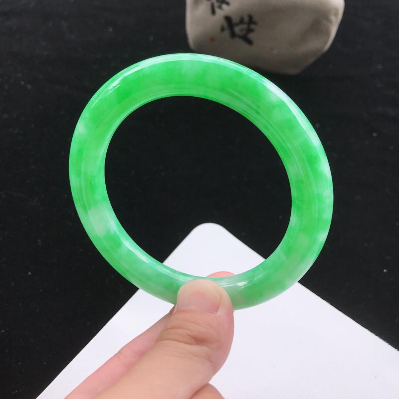圈口:56.5mm天然翡翠A货细糯种飘绿圆条手镯,尺寸56.5*9.8mm,玉质细腻,种水好,底色好
