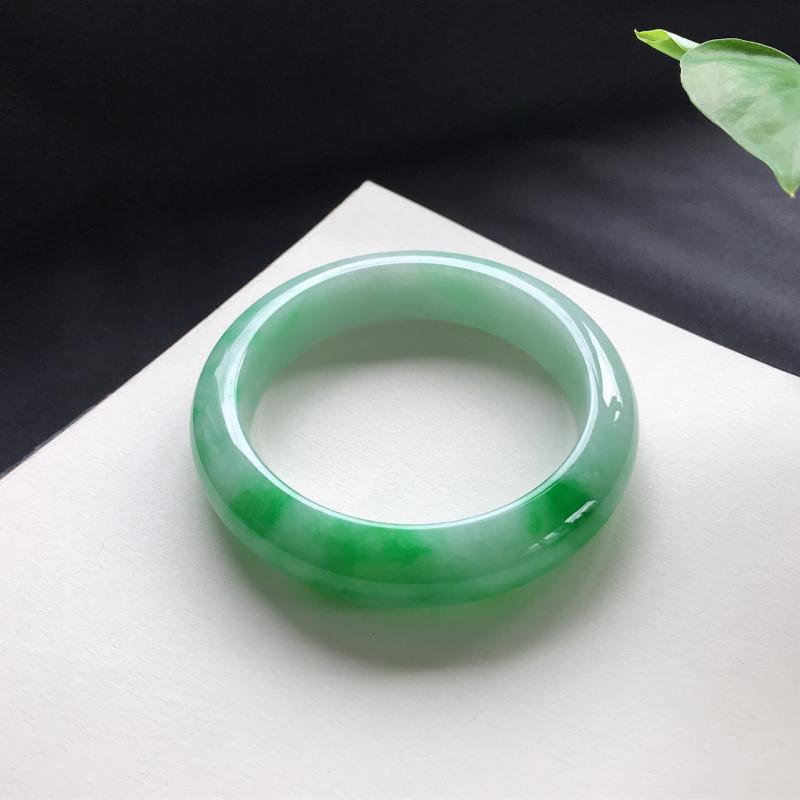 飘绿正圈手镯,尺寸:55.7-13.7-9,细腻光滑,干净釉洁,色泽清新亮丽,