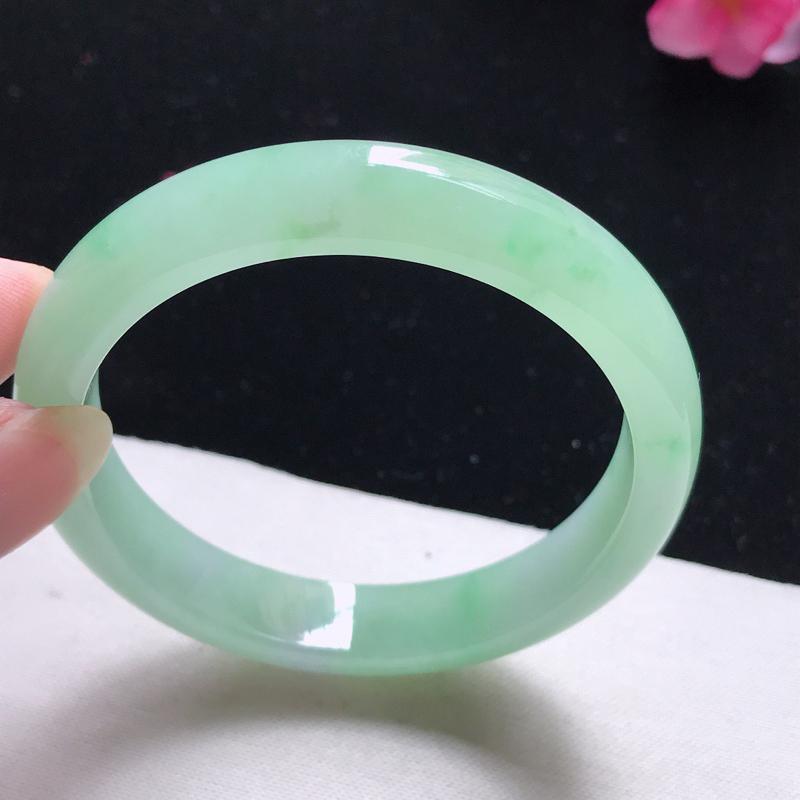 正圈:54.5mm天然翡翠A货。老坑糯化种飘绿手镯。玉质细腻,佩戴清秀优雅。尺寸:54.5*10.8