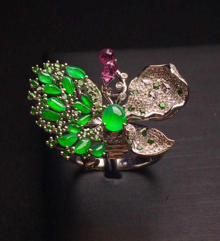 随形绿蛋面蝴蝶形戒指 色泽均匀艳丽质地细腻 18K金钻配宝石镶嵌 款式新颖 时尚上手亮眼 精美 圈口