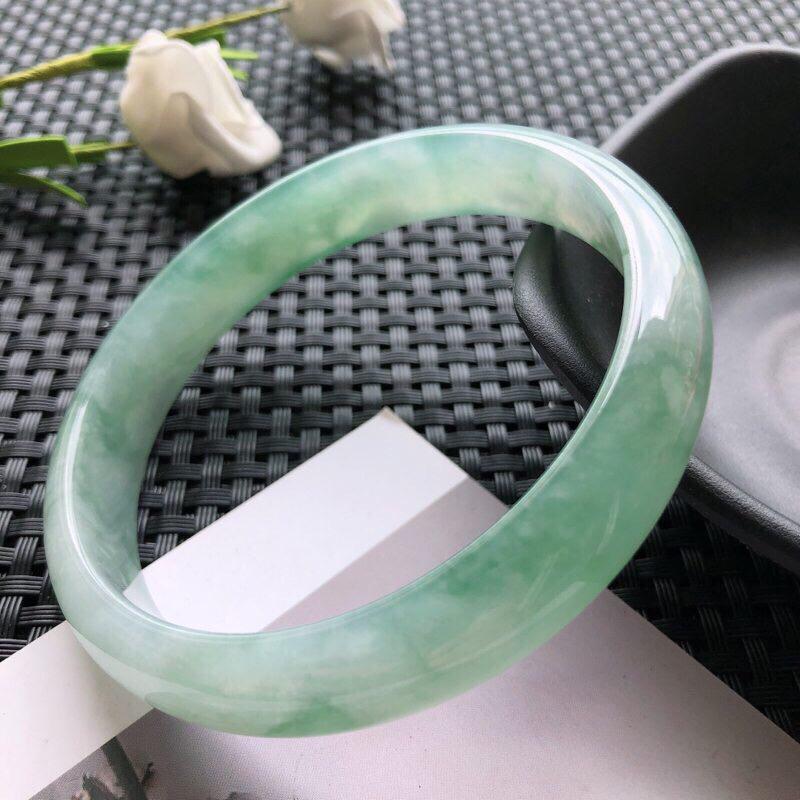 圈口:63mm 天然翡翠A货糯化种飘淡绿正装手镯,尺寸63×12.4×6.5玉质细腻,种水好,底色好