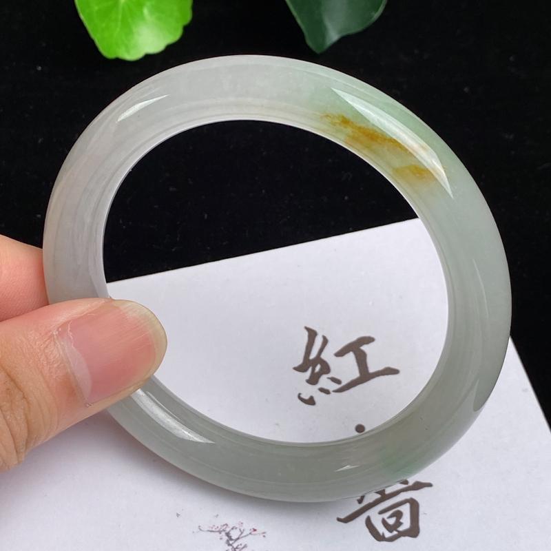 缅甸a货翡翠,水润飘黄圆条手镯57.3mm,玉质细腻,色彩艳丽,俏色迷人,,条形大方得体,佩戴效果好