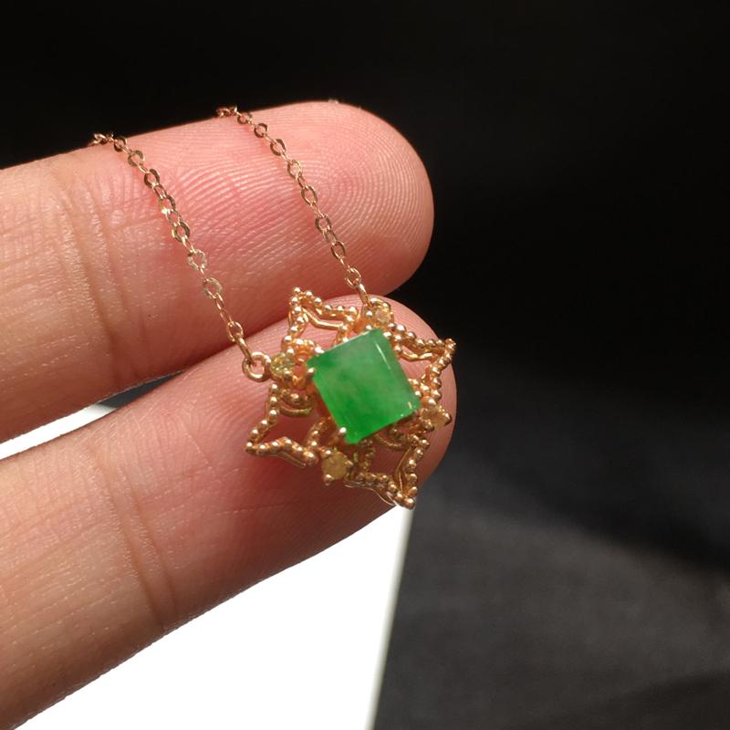 阳绿项链,无纹裂色阳,底庄细腻,18K金南非真钻镶嵌,性价比高,推荐,尺寸15.2*6mm,重量1.