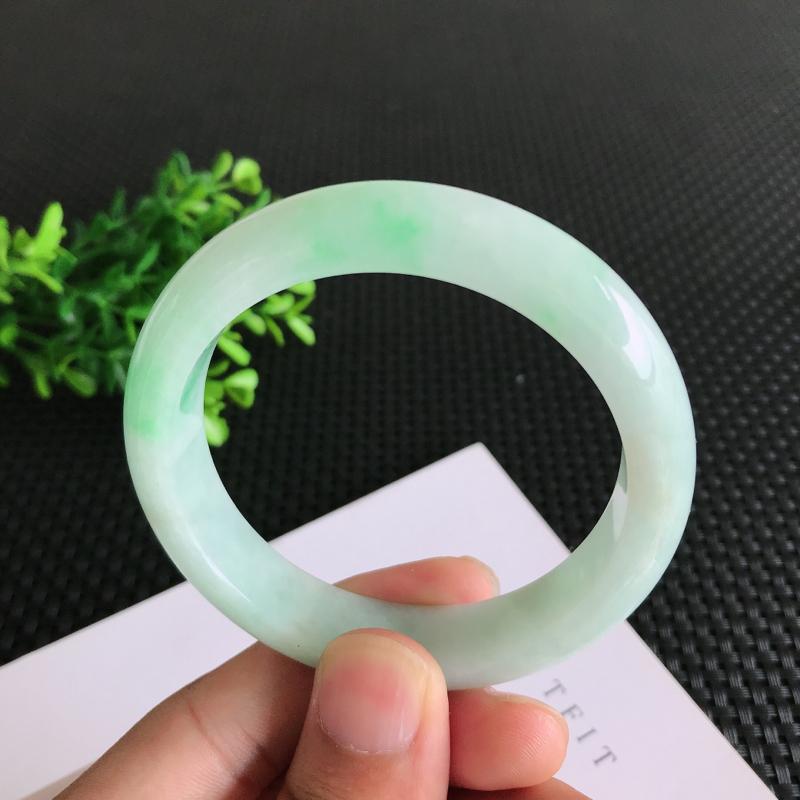 圈口:57.7mm天然翡翠A货糯种飘绿正装手镯,尺寸57.7*13.3*8.4mm 玉质细腻,种水好