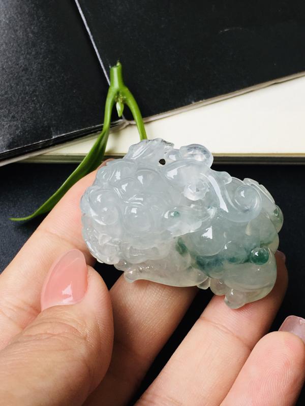 翡翠巧雕飘花貔貅手玩件 飘花灵动,线条流畅,貔貅厚装大气。尺寸:40.5-22.5-21.5mm