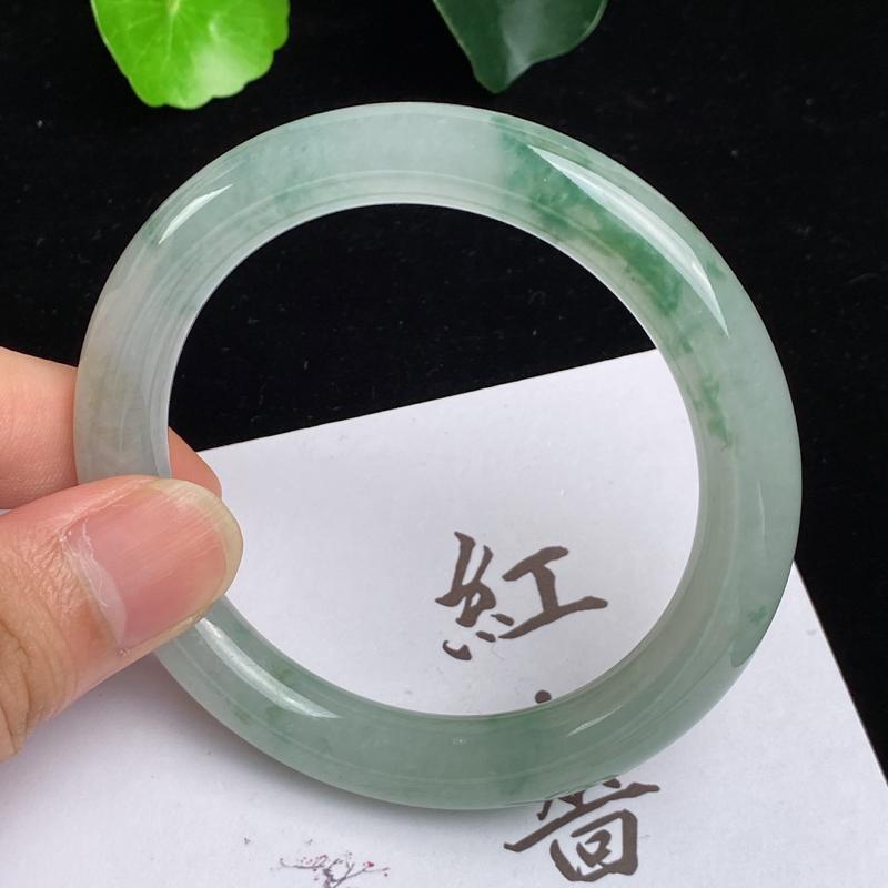 缅甸a货翡翠,水润飘花圆条手镯54.6mm,玉质细腻,水润秀气,花色怡人,条形大方得体,佩戴效果好
