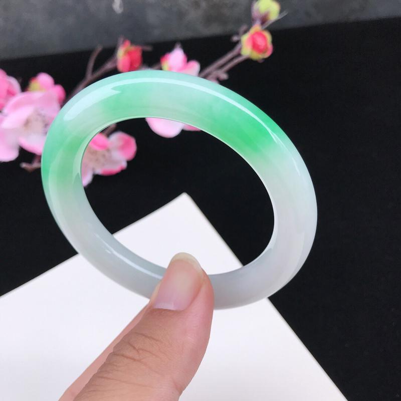 圈口:52.7mm天然翡翠A货糯化种水润飘绿圆条手镯,有细纹,尺寸52.7-10.3-9.7mm,