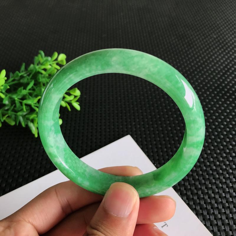 圈口:63.7mm天然翡翠A货糯种满绿正装手镯,尺寸63.7*13.3*8.3mm 玉质细腻,种水好