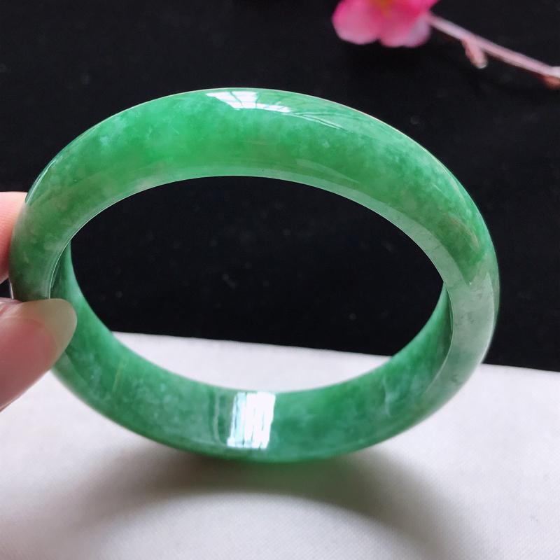 正圈:58.5mm天然翡翠A货。老坑满绿手镯。玉质细腻,佩戴清秀优雅。尺寸:58.5*13*7mm
