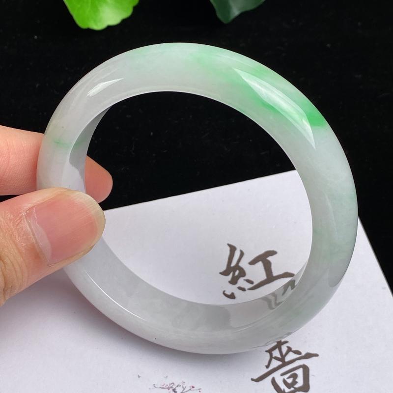 缅甸a货翡翠,水润飘绿正圈手镯58mm,玉质细腻,色彩艳丽,色阳青翠,条形大方得体,佩戴效果好