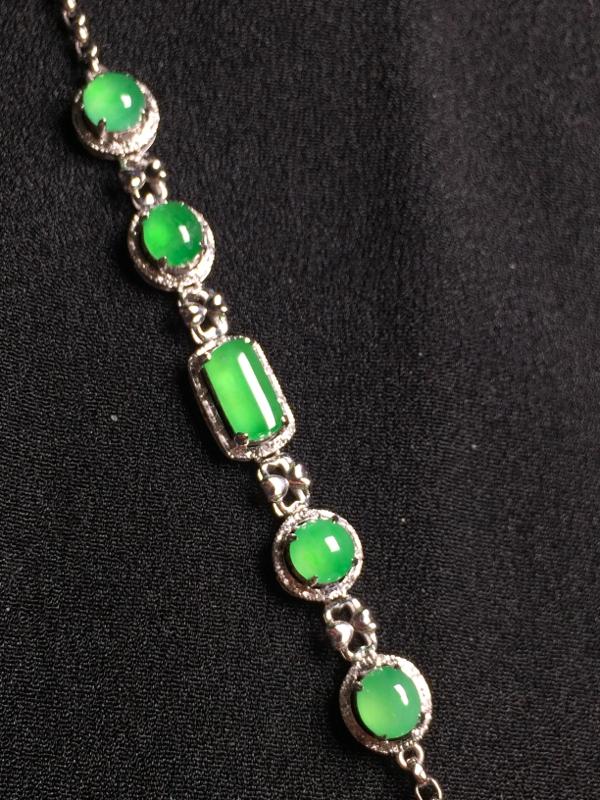 阳绿蛋面手链,18k金钻石镶嵌,种水超好,玉质细腻。**