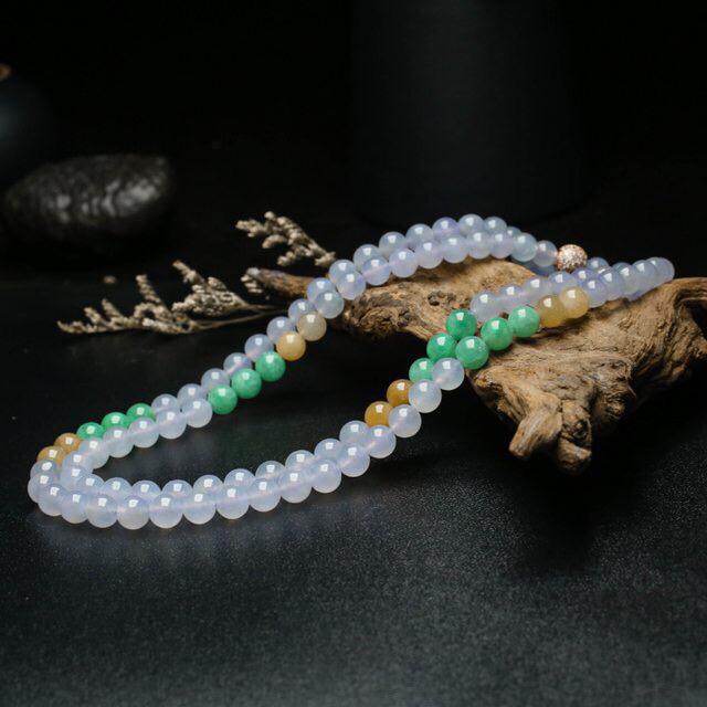 天然翡翠珠链,共108颗翡翠珠子,取其中一颗珠尺寸大约6.4mm,珠子饱满圆润,色泽清爽淡雅,靓丽
