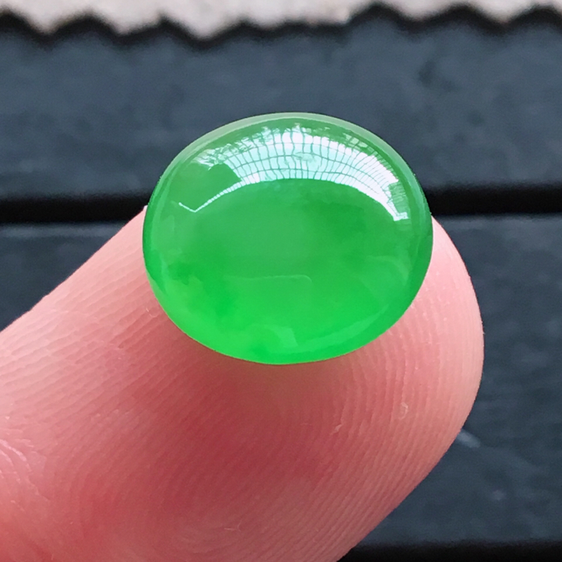 绿蛋面,自然光实拍,缅甸a货翡翠,正阳绿蛋面,种好通透,起荧光,颜色艳丽迷人,莹润饱满,品质高档,镶