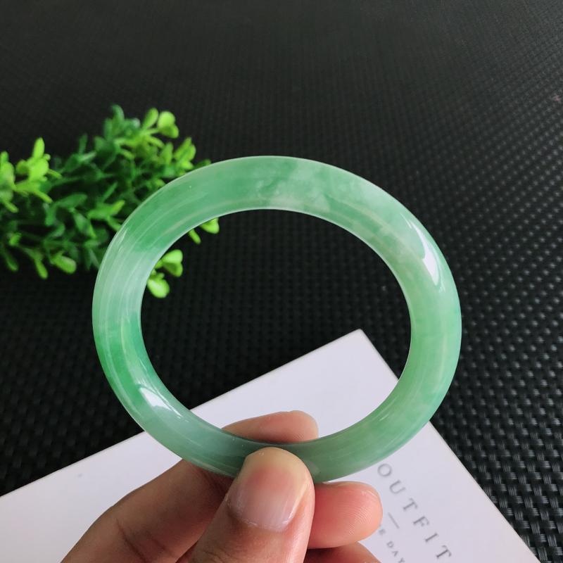 圈口:55.4mm天然翡翠A货糯种满绿圆条手镯,尺寸55.4*9.1mm 玉质细腻,种水好,底色好,