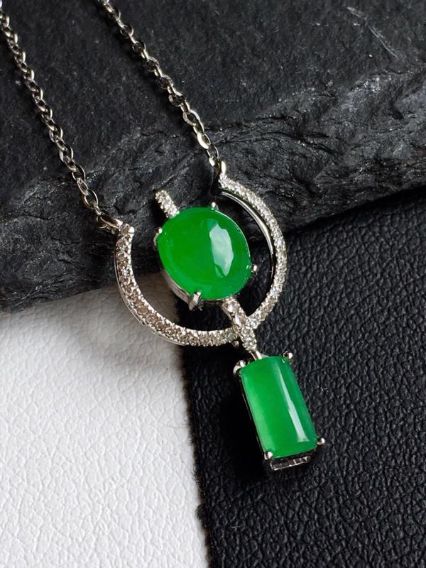 18k金镶嵌,满绿蛋面锁骨链,佩戴效果更佳,整体尺寸10.7*20.1*4.9