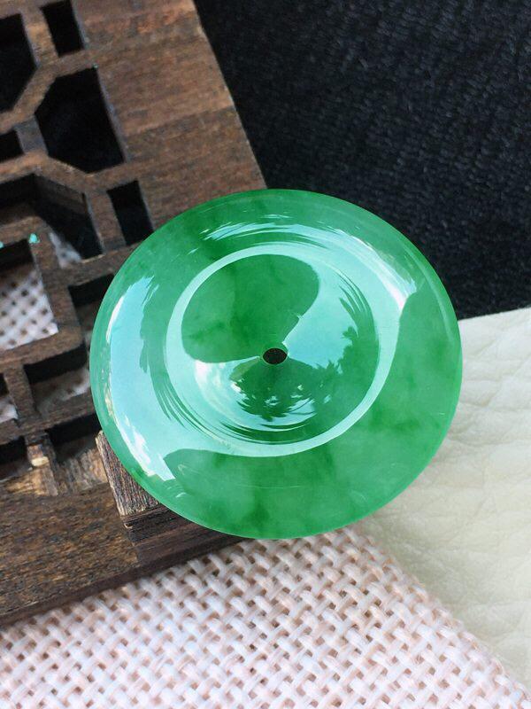 翡翠飘阳绿平安扣玉挂件,老坑料,底色鲜艳靓丽,雕工精细,形态饱满!尺寸:25.5*4.5mm
