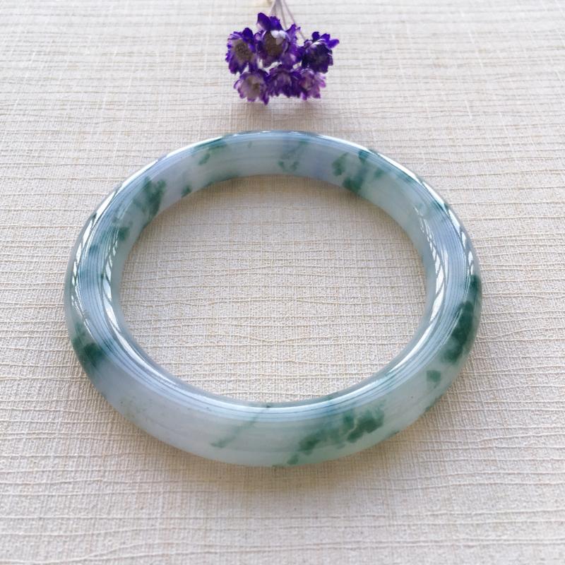 紫底色飘花圆条 尺寸:53*8.2*8.6 玉质细腻温润 花色靓丽清新 佩戴清秀迷人