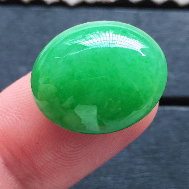 满绿蛋面,自然光实拍,缅甸a货翡翠,满绿大蛋面,种水好,玉质细腻,颜色艳丽,大个饱满,品质高档