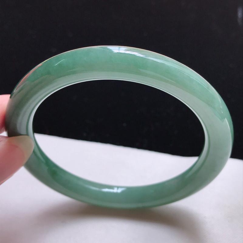 圆条:59.3。天然翡翠A货。老坑糯化种飘绿圆条手镯。玉质细腻,佩戴清秀优雅。尺寸:59.3*9mm