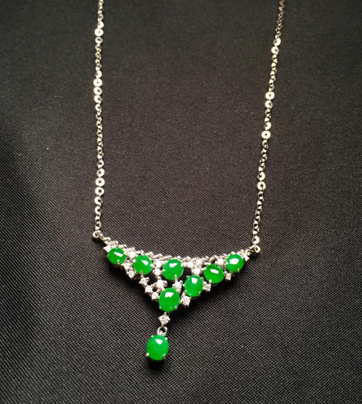 18K金钻镶嵌满绿蛋面锁骨项链 色泽均匀艳丽饱满 款式新颖时尚精美 上身优雅气质高贵 整体尺寸18*