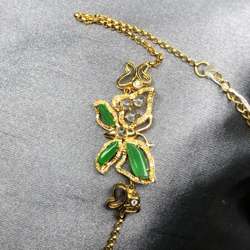 18k金黄设计款蝴蝶镶嵌冰阳绿随形手链,水润透亮,色泽均匀艳丽,起胶起荧光,设计灵动优雅大方。整体尺