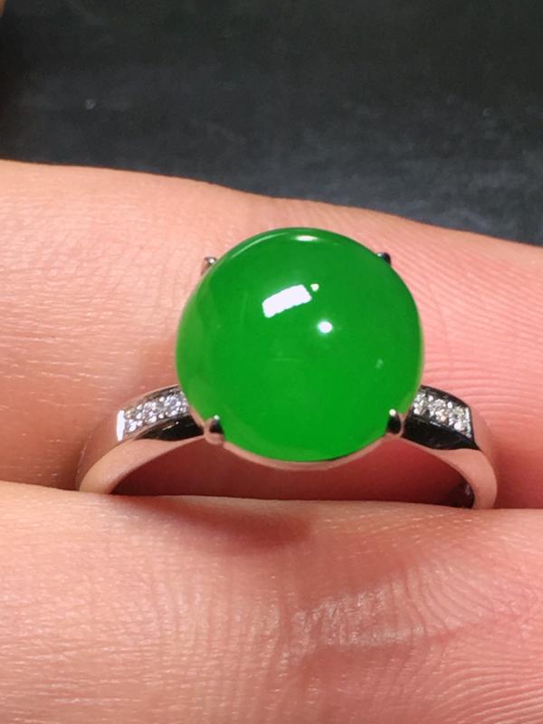 传承佳品愿岁月温柔以待,许你安暖四季。冰种满色浓阳绿戒指,老坑种料,玻璃光泽,胶感十足,料子细
