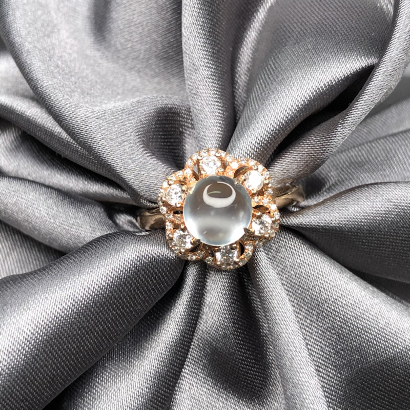 18k玫瑰金设计花镶嵌玻璃雪花蛋面戒指,冰透水润,细腻饱满,钢性十足,灵动优雅迷人。整体尺寸:12.
