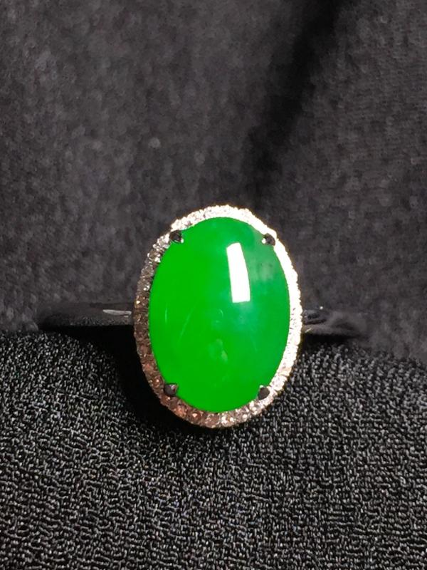&阳绿蛋面戒指,18k金钻石镶嵌,种水超好,玉质细腻。**