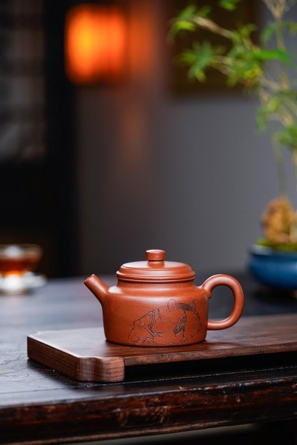 🔥🔥品名:德钟 作者:尹怀(国工美术师) 泥料:底槽清容量:200cc 此壶浑厚饱满的壶身,在圆底的