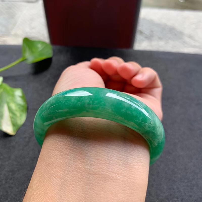 满绿宽版正圈手镯,尺寸57*17*8.5 老种,版型非常宽厚,通透水润,颜色鲜艳,明媚动人,上手贵气