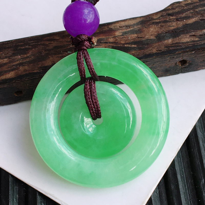 天然翡翠A货糯化种飘绿子母扣吊坠(紫色珠子为装饰品),尺寸:24.7/4.2mm,玉质细腻,上身效果
