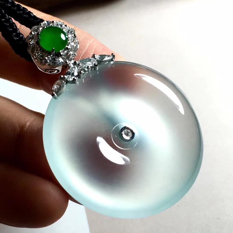 玻璃种底色平安扣,种老起刚,底子细腻,荧光强,形体饱满圆润,收藏价值高