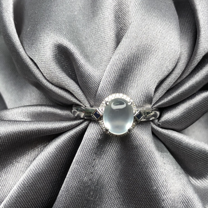 18k金镶嵌高冰蛋面戒指,冰透水润,钢性十足,干净细腻,圆润饱满,清新淡雅迷人。整体尺寸:8.8*1