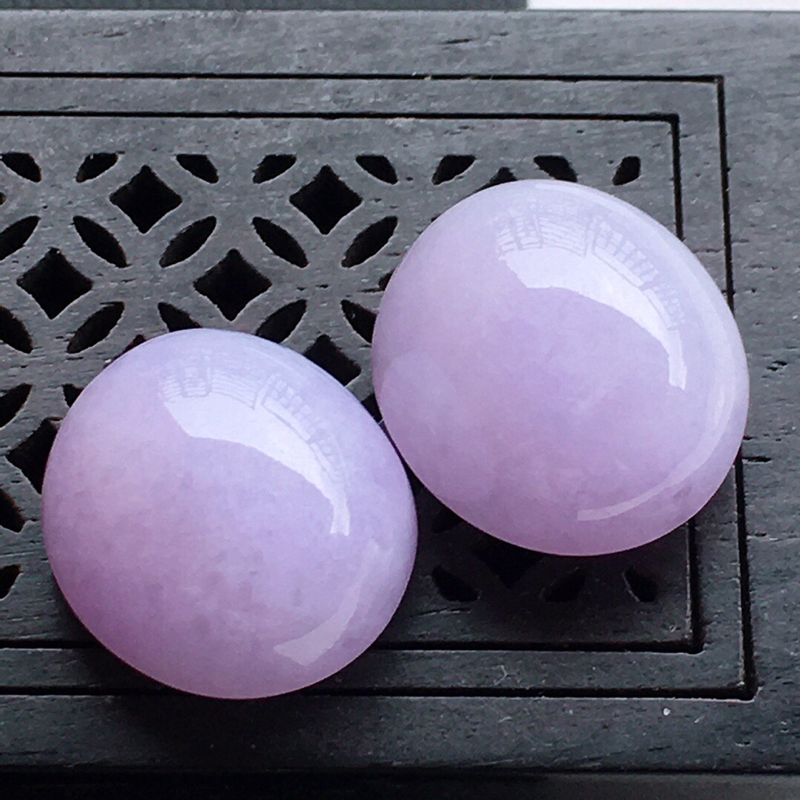 精品翡翠蛋面一对,玉质莹润,佩戴效果更美,尺寸:玉:15.5*14.1*9.4/14.8*13.7*