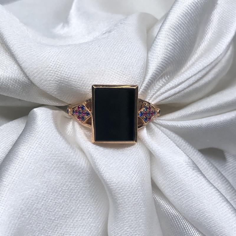 18k玫瑰金镶嵌高冰墨翠方牌戒指,黑亮油性十足,通体透绿水润,色阳均匀细腻,高贵优雅大方。整体尺寸: