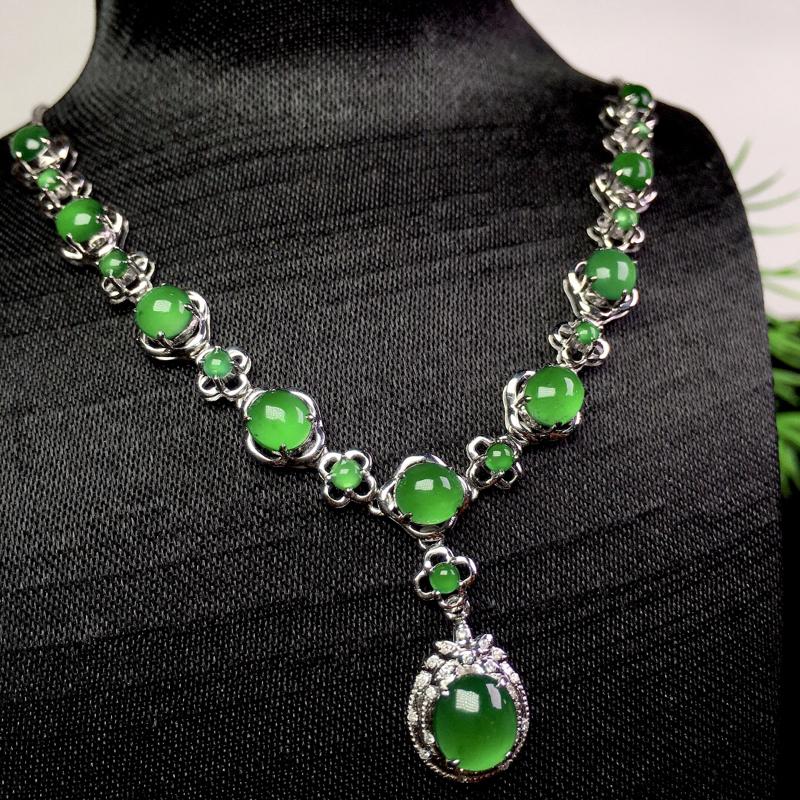 冰阳绿项链,冰透色艳清爽,佩戴时尚,裸石:6.3*5.7*2.3 整体:68.3*14.6*6.2